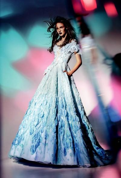 b09dd473dcb8 ... které vznikaly ve spolupráci Blanky Matragi se světovými textilními  firmami. Velkolepá show tak byla oslavou země v kombinaci s obdivuhodnou  kreativitou ...