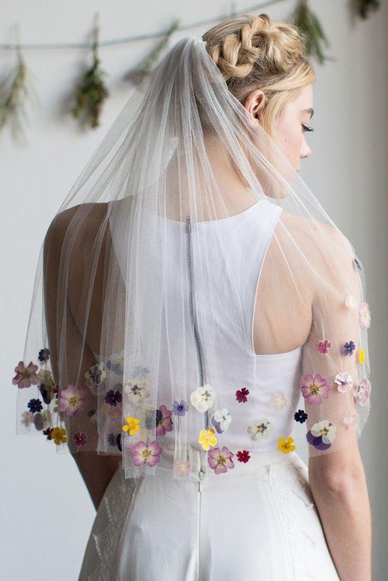 Květinové svatební šaty podle trendů 2020