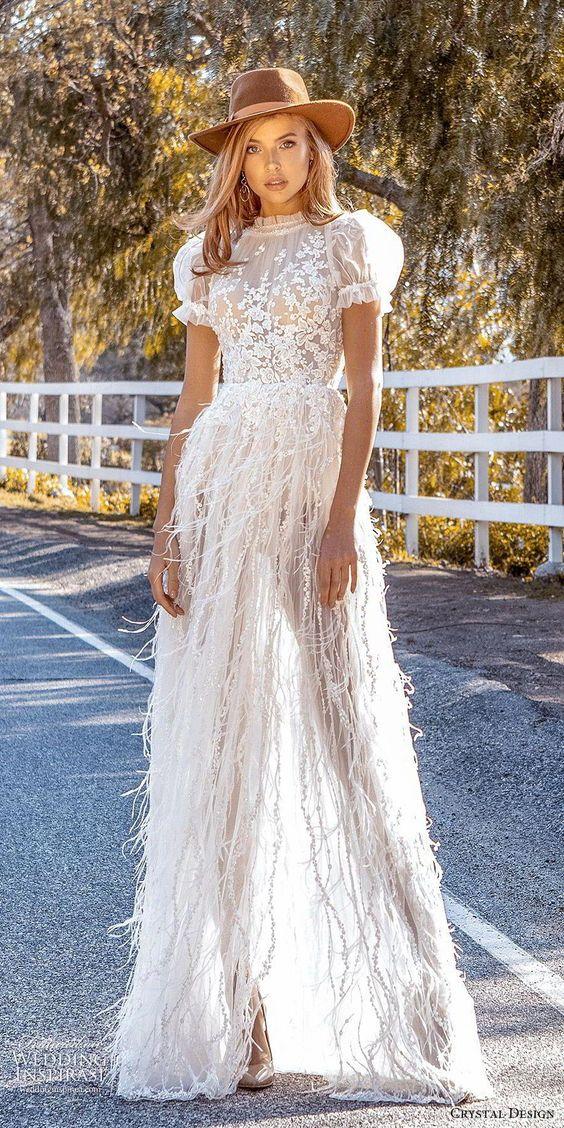 Svatební šaty s peřím podle trendů 2020