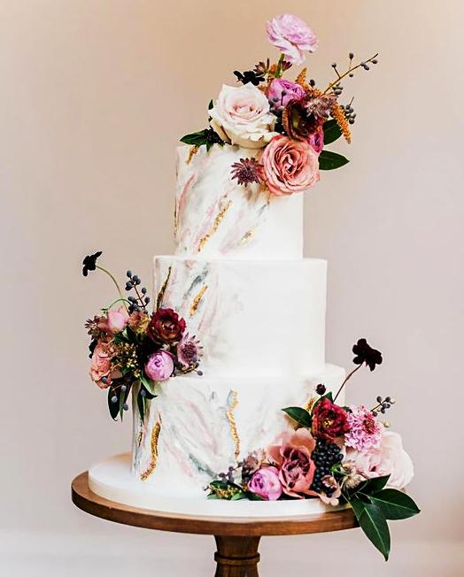 svatební dort bílý růže mramor